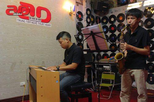 Học làm nhạc công chỉ sau một khóa học