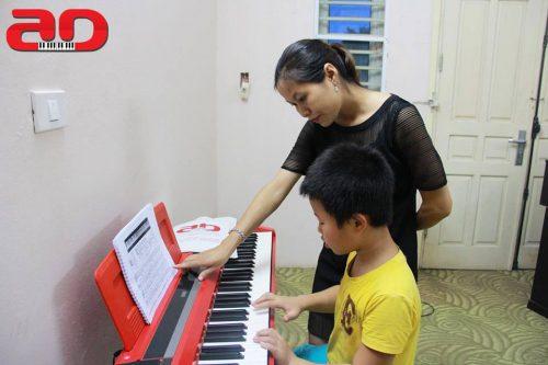 cho bé học đàn Organ ở trung tâm