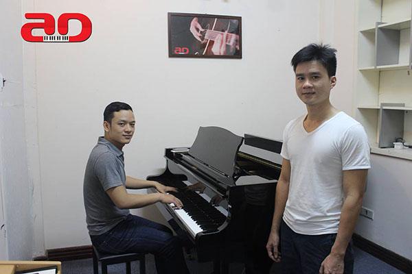 Thầy giáo Phan Văn Mạnh (trái) và học viên